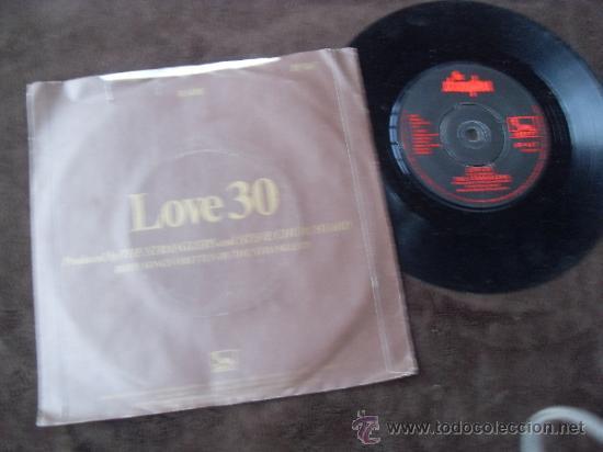 Discos de vinilo: THE STRANGLERS single Golden Brown + Love 30 Made in England 1982 - Foto 3 - 37948645