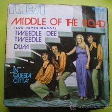 Discos de vinilo: MIDDLE OF THE ROAD-TWEEDLE DEE TWEEDLE DUM- SINGLE 45 RPM.. Lote 38212448