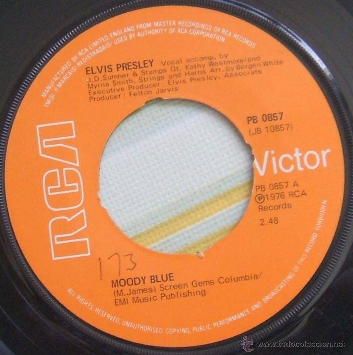 ELVIS PRESLEY: SINGLE MOODY BLUE / SHE THINKS I STILL CARE - UK, 1977 (Música - Discos - Singles Vinilo - Pop - Rock - Extranjero de los 70)