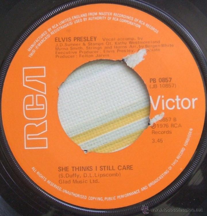 Discos de vinilo: ELVIS PRESLEY: Single MOODY BLUE / SHE THINKS I STILL CARE - UK, 1977 - Foto 2 - 42451367