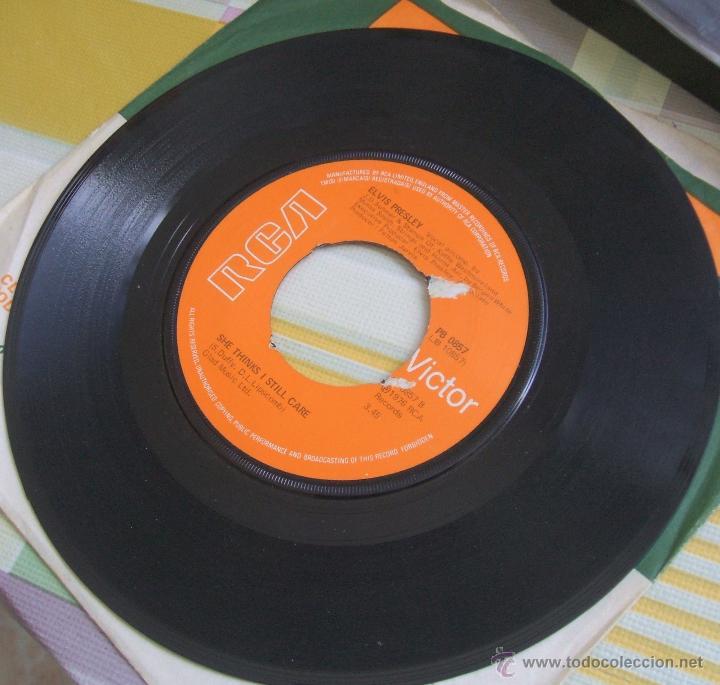 Discos de vinilo: ELVIS PRESLEY: Single MOODY BLUE / SHE THINKS I STILL CARE - UK, 1977 - Foto 3 - 42451367