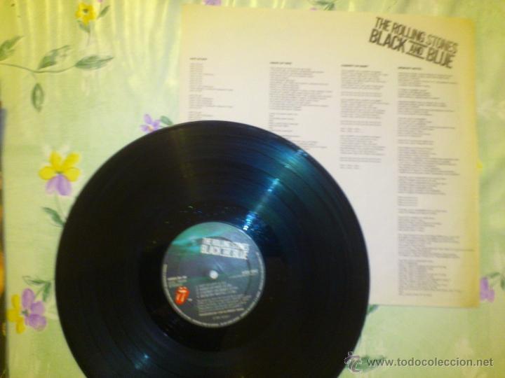 Discos de vinilo: THE ROLLING STONES BLACK AND BLUE 1976 PERFECTO VINILO - Foto 2 - 42890983