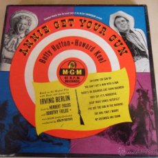 Discos de vinilo: ANNIE GET YOUR GUN. BETTY HUTTON - HOWARD KEEL. MUSICA DE IRVING BERLIN. ESTUCHE CON 4 SINGLES. MGM,. Lote 48317218