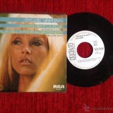 Discos de vinilo: SYLVIE VARTAN SG. EN ECOUTANT LA PLUIE + LA PLUS BELLA POUR ALLER DANSER. ESPAÑOL . NUEVO PROMO. Lote 53281282