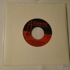 Discos de vinilo: BETTE MIDLER - STRANGERS IN THE NIGHT / SAMEDI ET VENDREDI (EDIC. USA 1976) . Lote 53480329