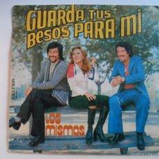 Discos de vinilo: ** LOS MISMOS GUARDA TUS BESOS PARA MI / TIENE TU CUERPO TRES AMANTES SG AÑO 1976. Lote 55338620