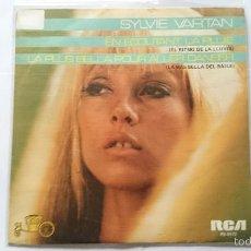 Discos de vinilo: SYLVIE VARTAN - EN ECOUTANT LA PLUIE / LA PLUS BELLE POUR ALLER DANSER (REEDIC. 1984). Lote 56979655
