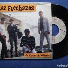 Discos de vinilo: LOS FLECHAZOS LA REINA DEL MUELLA SINGLE SPAIN 1990 PDELUXE. Lote 64636051