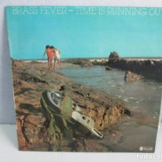 Discos de vinilo: BRASS FEVER. TIME IS RUNNING OUT. DISCO VINILO. VER FOTOGRAFIAS ADJUNTAS. Lote 72712671