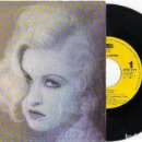 Discos de vinilo: SINGLE CYNDI LAUPER - WHO LET IN THE RAIN 1993. Lote 81739292