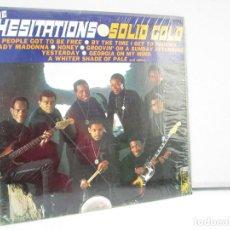 Discos de vinilo: THE HESITATIONS. SOLID GOLD. DISCO DE VINILO. KAPP RECORDS. VER FOTOGRAFIAS ADJUNTAS. Lote 81889200