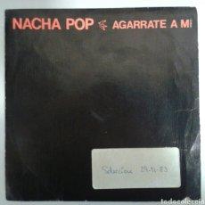 Discos de vinilo: NACHA POP. SINGLE PROMOCIONAL. AGARRATE A MÍ/ENGANCHADO A UNA SEÑAL DE BUS. DRO. 1983.. Lote 93869083