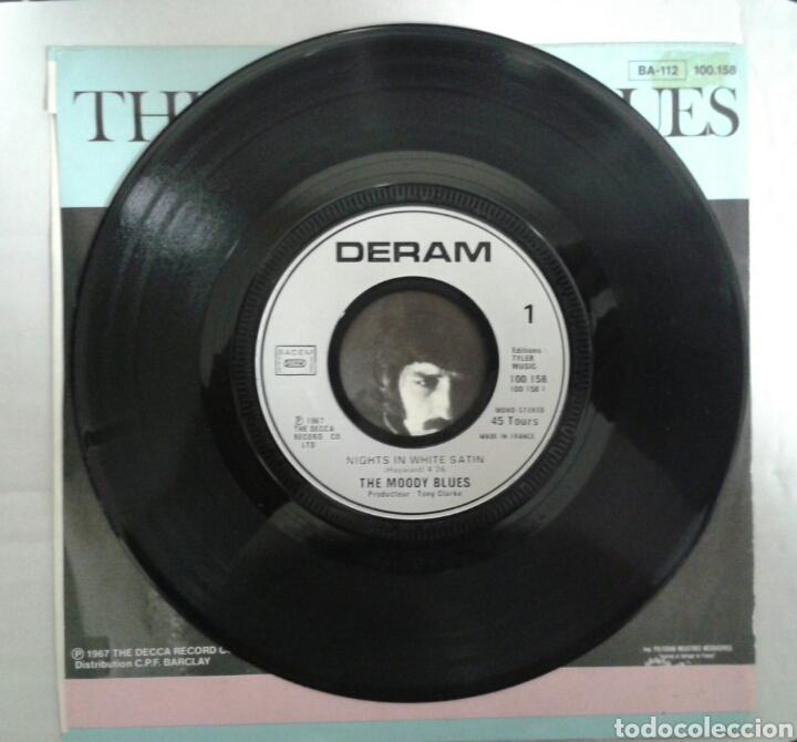 Discos de vinilo: THE MOODY BLUES. NIGHTS IN WHITE SATIN. SINGLE VERSIÓN FRANCESA. DERAN 1967. RARA PORTADA. - Foto 3 - 94424603