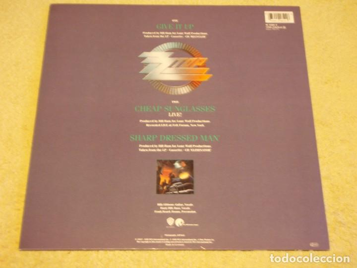Discos de vinilo: ZZ TOP ( GIVE IT UP - CHEAP SUNGLASSES (LIVE) - SHARP DRESSED MAN ) 1983-1990-GERMANY MAXI45 - Foto 2 - 98867015