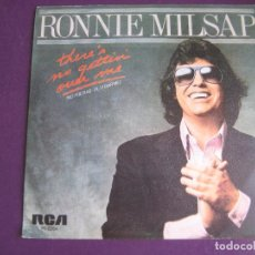Discos de vinilo: RONNIE MILSAP SG RCA 1981 THERE'S NO GETTIN OVER ME/ I LIVE MY WHOLE LIFE AT NIGHT COUNTRY FOLK ROCK. Lote 102549019