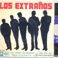 Discos de vinilo: LOS EXTRAÑOS: EL FERRY DE MERSEY + DO RE MI + INDIFERENTE +1. Lote 104302395