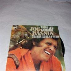 Discos de vinilo: DISCO SINGLE JOE DASSIN AMARSE BAJO LA LLUVIA. Lote 108360610