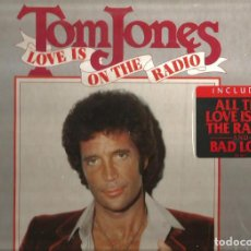 Discos de vinilo: LP TOM JONES : LOVE IS ON THE RADIO . Lote 115234075