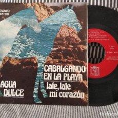Discos de vinilo: SINGLE AGUA DULCE CABALGANDO EN LA PLAYA VG++. Lote 118920375