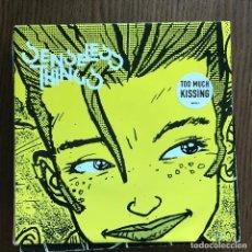 Discos de vinilo: SENSELESS THINGS - TOO MUCH KISSING - SINGLE EPIC UK 1993. Lote 119860967