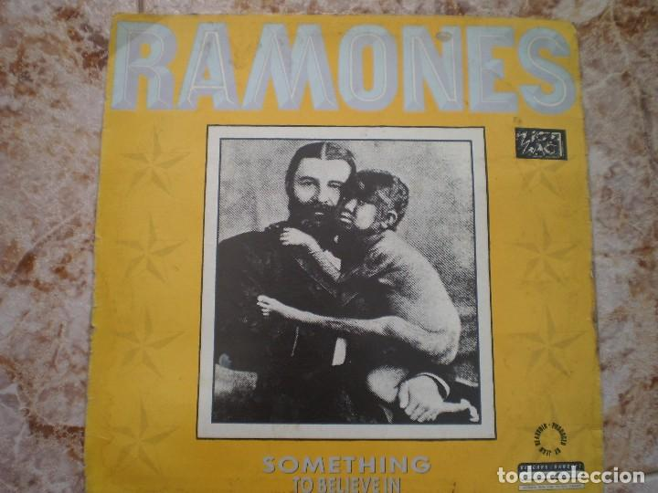 MAXI 12 PULGADAS. RAMONES. SOMETHING TO BELIEVE IN +2. AÑO 1986. ENCARTE (Música - Discos de Vinilo - Maxi Singles - Punk - Hard Core)
