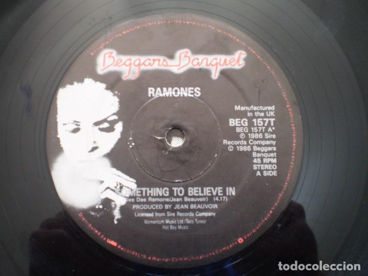 Discos de vinilo: MAXI 12 PULGADAS. RAMONES. SOMETHING TO BELIEVE IN +2. AÑO 1986. ENCARTE - Foto 3 - 121001679