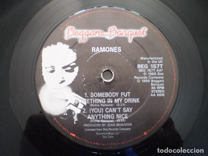Discos de vinilo: MAXI 12 PULGADAS. RAMONES. SOMETHING TO BELIEVE IN +2. AÑO 1986. ENCARTE - Foto 4 - 121001679