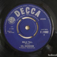 Discos de vinilo: VAL DOONICAN - WALK TALL + ONLY THE HEARTACHES - SINGLE 1964 - DECCA. Lote 122882623
