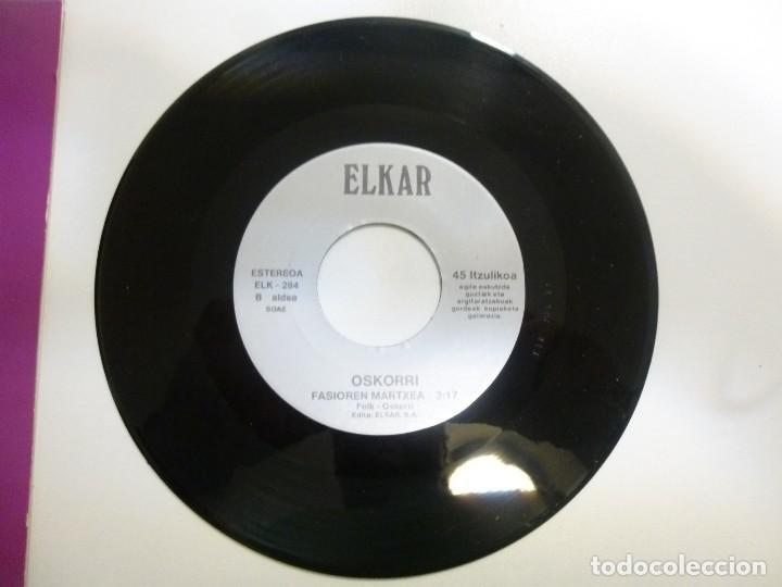 Discos de vinilo: Oskorri lote de 2 Single Hi ere dantzari año 1991 Elkar Buen estado - Foto 3 - 123059711