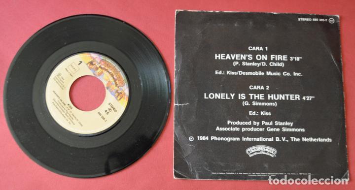 Discos de vinilo: KISS - HEAVEN`S ON FIRE - LONELY IS THE HUNTER - 1984 - PHONOGRAM INTERNATIONAL - Foto 2 - 130759128