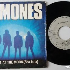 Discos de vinilo: THE RAMONES / HOWLING AT THE MOON / SINGLE 7 INCH. Lote 132811958