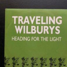 Discos de vinilo: TRAVELING WILBURYS SINGLE HEADING FOR THE LIGHT - COPIA PROMOCIONAL MUY RARO. Lote 133810382