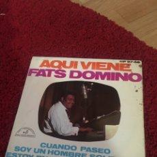 Discos de vinilo: VINILO AQUÍ VIENE FATS DOMINO CUANDO PASEO. Lote 136754812