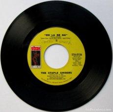 Discos de vinilo: THE STAPLE SINGERS - OH LA DE DA (LIVE WATTSTAX) / WE THE PEOPLE - SINGLE STAX 1973 USA BPY. Lote 137399046