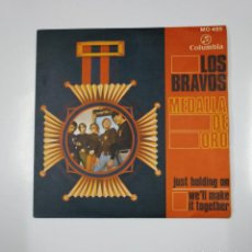 Discos de vinilo: LOS BRAVOS (MEDALLA DE ORO): JUST HOLDING ON / WE'LL MAKE IT TOGETHER. SINGLE. TDKDS12. Lote 138604322