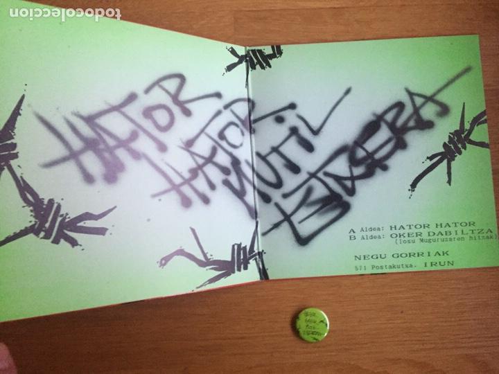 Discos de vinilo: NEGU GORRIAK: HATOR HATOR / OKER DABILTZA (PRIMERA EDICIÓN CON LA CHAPA) - Foto 3 - 143060640