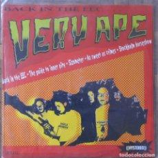 Discos de vinilo: VERY APE. BACK IN THE EEC... SAFETY PIN, SPCS-012. ESPAÑA, 2001. FUNDA Y DISCO EX EX.. Lote 143374598