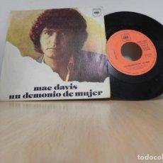 Discos de vinilo: MAC DAVIS - UN DEMONIO DE MUJER - EL ORO DE UN POBRE HOMBRE SINGLE CBS . Lote 148103182