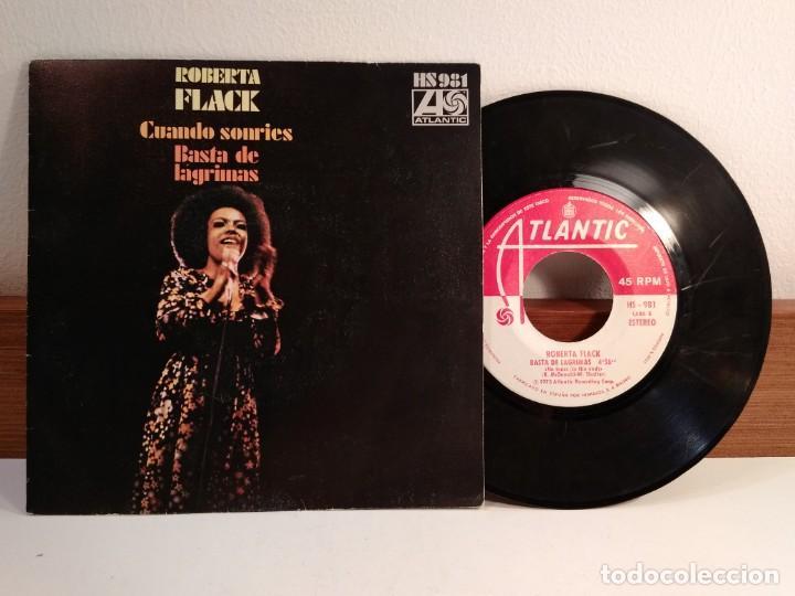 DISCO VINILO DE 45 R.P.M. DE ROBERTA FLACK CON CUANDO SONRÍES. FUNDA DE SUAVEMENTE ME MATA CON SU... (Música - Discos - Singles Vinilo - Funk, Soul y Black Music)