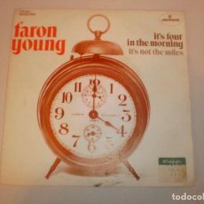 Discos de vinilo: SINGLE FARON YOUNG. IT'S FOUR IN THE MORNING. IT'S NOT THE MILES.MERCURY 1972 SPAIN (SEMINUEVO). Lote 155252494