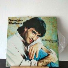 Discos de vinilo: SERGIO DALMA.SONTÍENDONOS LA PIEL.. Lote 156853657