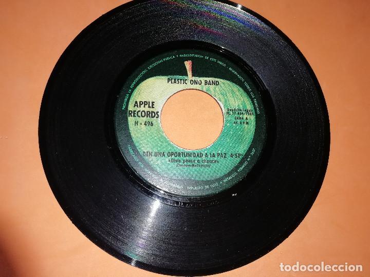 Discos de vinilo: PLASTIC ONO BAND. DEN UNA OPORTUNIDAD A LA PAZ / RECUERDA EL AMOR. APPLE. MADRID 1969 - Foto 3 - 158367494