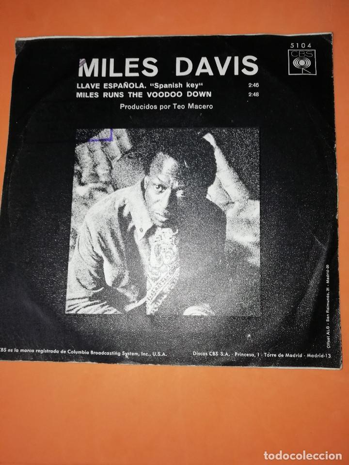 Discos de vinilo: MILES DAVIS / LLAVE ESPAÑOLA / MILES RUNS THE WOODOO DOWN . CBS 1970 - Foto 2 - 158370298