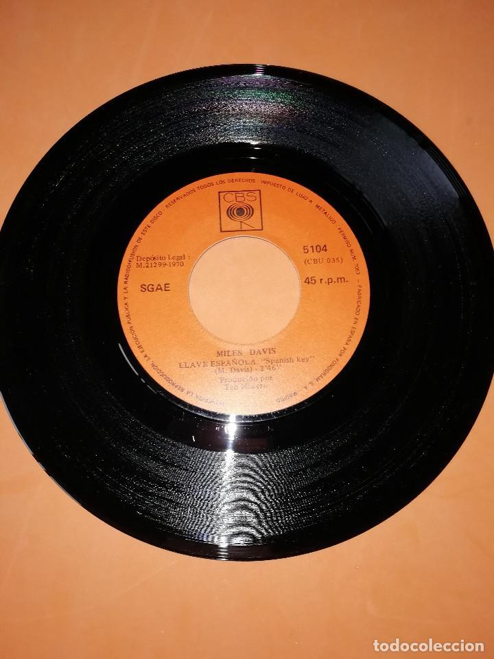 Discos de vinilo: MILES DAVIS / LLAVE ESPAÑOLA / MILES RUNS THE WOODOO DOWN . CBS 1970 - Foto 3 - 158370298
