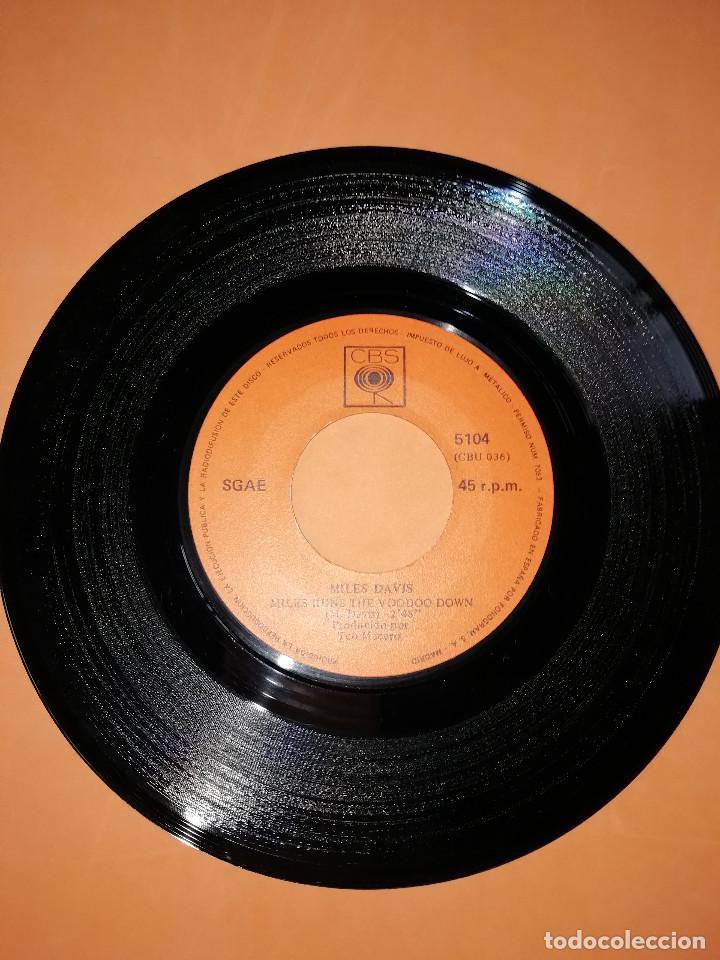 Discos de vinilo: MILES DAVIS / LLAVE ESPAÑOLA / MILES RUNS THE WOODOO DOWN . CBS 1970 - Foto 5 - 158370298