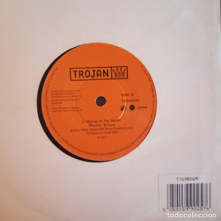 Discos de vinilo: PHYLLIS DILLON DON'T STAY AWAY / WOMAN IN THE GHETTO REGGAE REEDICIÓN UK 2005 NM - Foto 2 - 158416258