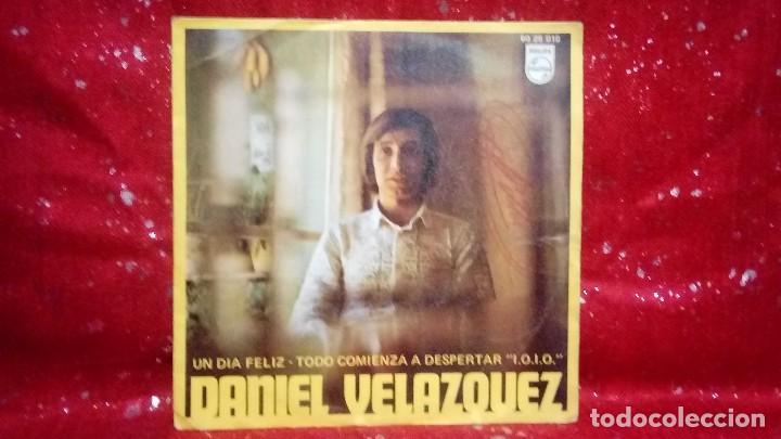 DANIEL VELAZQUEZ UN DIA FELIZ/TODO COMIENZA A DESPERTAR 1970 *CON FIRMA DEL AUTOR* (Música - Discos de Vinilo - Maxi Singles - Solistas Españoles de los 70 a la actualidad)