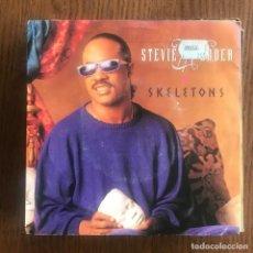 Discos de vinilo: STEVIE WONDER - SKELETONS - SINGLE MOTOWN 1987. Lote 160726686