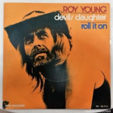 Discos de vinilo: ROY YOUNG - DEVIL´S DAUGHTER / ROLL IT ON SG ED. ESPAÑOLA 1973. Lote 167445336