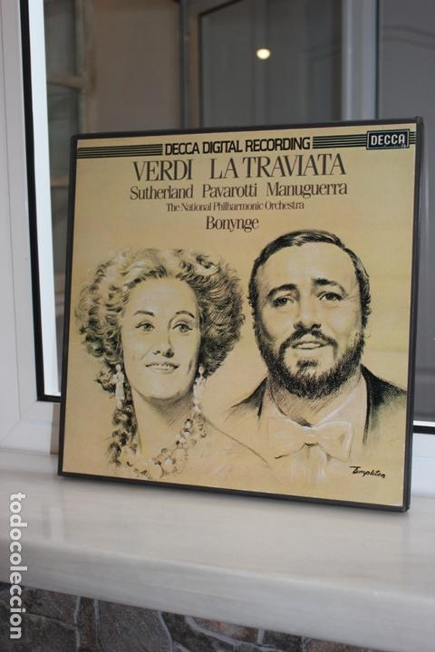 Discos de vinilo: VERDI, LA TRAVIATA.SUTHERLAND-PAVAROTTI-MANUGUERRA. 3 LPS + LIBRETO EN SU ESTUCHE. DECCA 1981 - Foto 2 - 168631952